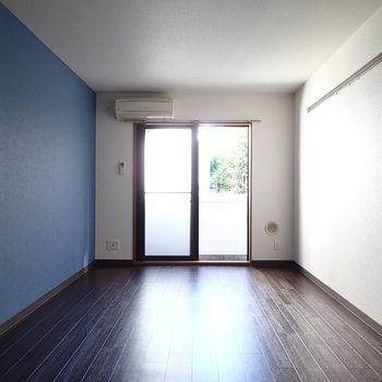 となりの壁は青く見える