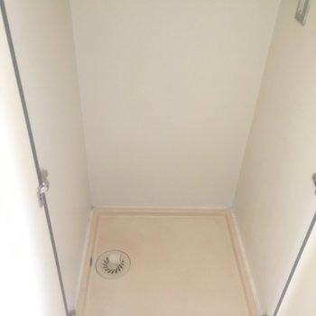 洗濯機はキッチンの奥に。扉で隠せます