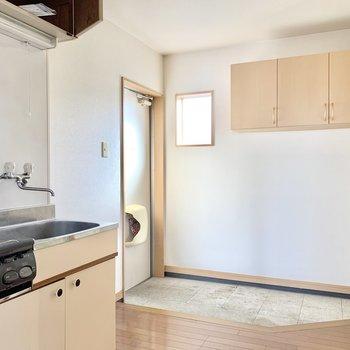 キッチンルームは玄関の小窓もあり明るいです!