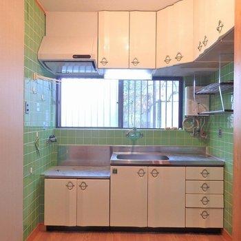 キッチンはレトロなメロン色。