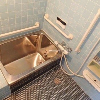レトロな銀風呂ですが、追い炊きは付いているので複数人で住んでもあったか湯船に浸かれます。