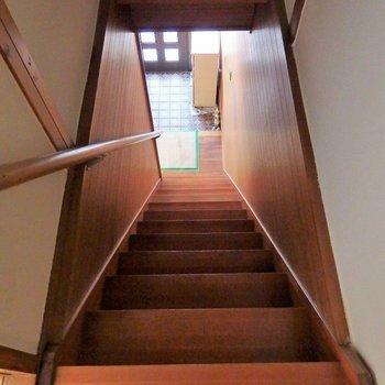 階段は急こう配。降りるときは、急がないでゆっくりと。