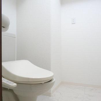 やけに広いトイレ。棚でも置こうかな