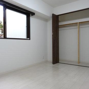 玄関側の洋室は、窓からお隣の和風のお庭が見えます。