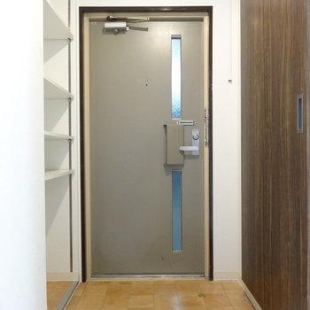 玄関には調節可能な棚。靴の置き場は少なめかも。