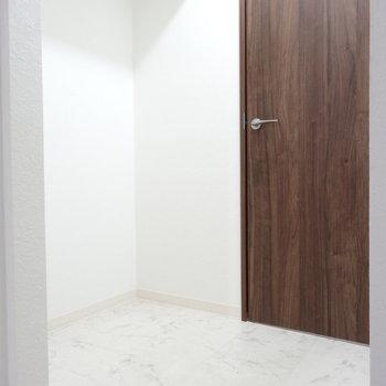 トイレ前にもこんなスペースが。ペットのトイレとか置いたらいいかも
