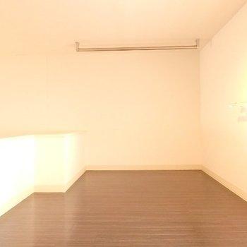 奥のロフト部分。収納でも寝室でも◎※写真は別部屋