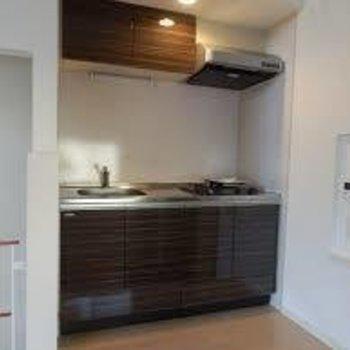 キッチンはガスコンロ2口※別部屋の写真です※写真は別部屋