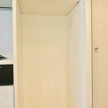 キッチン横には冷蔵庫置き場