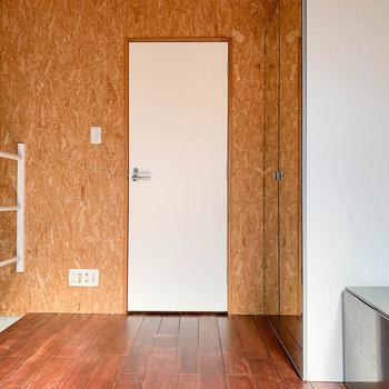 【上階】osb素材の壁。白い扉は脱衣所へ。