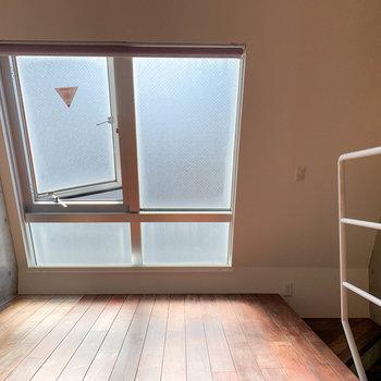 【上階】逆側から。窓辺は傾斜しています。