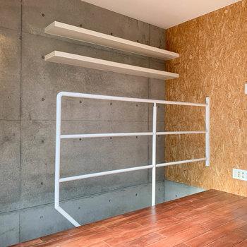 【上階】階段側には手すりと、不思議な位置に棚が。