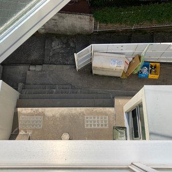 下を向くと建物裏手、ゴミステーションなどが見えます。