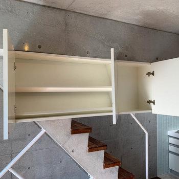 【中階】階段近く、上部に棚があります。