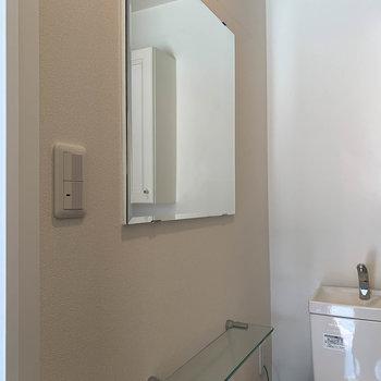 トイレにも鏡あります。