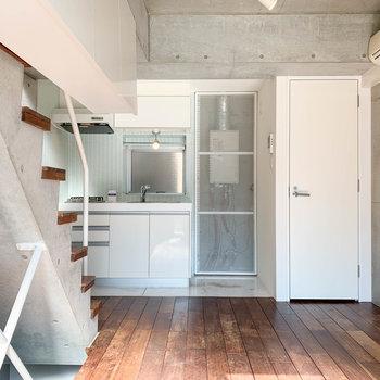 【中階】まずはリビング的空間から。キッチンと、右にトイレがあります。