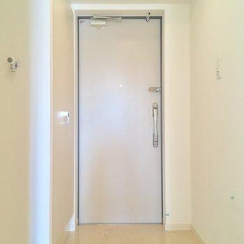 玄関はこちら。左手に洗濯機置場がチラ見え※写真はクリーニング前です