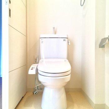 トイレもこちらに!ウォシュレット付きが嬉しいねっ※写真はクリーニング前です