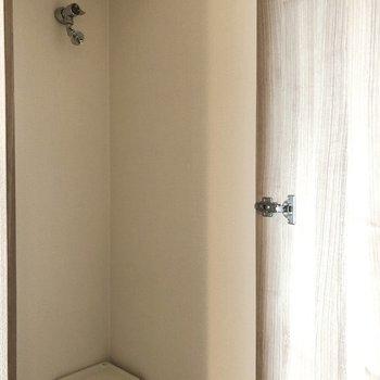 扉付きの洗濯機置き場なので、生活感を防いでくれています。