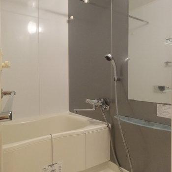 バスルームもきれい!※写真は7階の同間取り別部屋のものです
