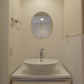 まーるい鏡とまーるい洗面台※写真は7階の同間取り別部屋のものです