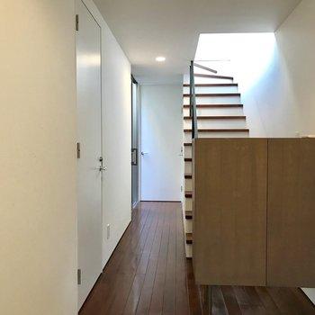 玄関から見る階段がかわいいなあ※写真は前回募集時のものです