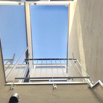 ウッドデッキから見上げると、青空が見れちゃいます!