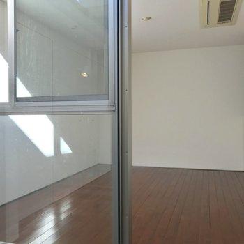 【洋室①】奥へすすむと、シンプルなお部屋。※写真は前回募集時のものです