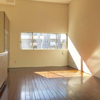 【LDK】反対側から。小窓から優しい光が入ります。※写真は前回募集時のものです