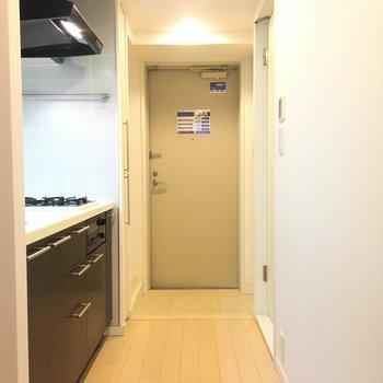 キッチンと右側はバスルームです