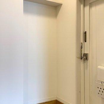 玄関には白いタイルでさわやかな印象に
