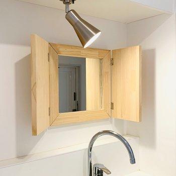 洗面台がないので、キッチンに小窓タイプ鏡をつけてます