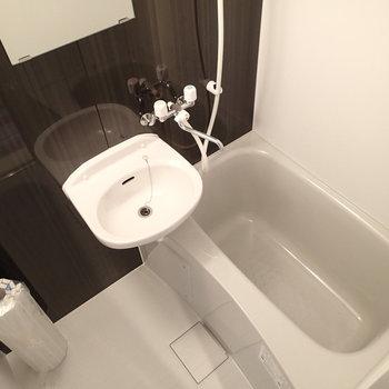 お風呂は新品!洗面台はなく2点ユニットとなります。