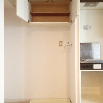 台所の横に洗濯機置き場と上部に少し収納があります。