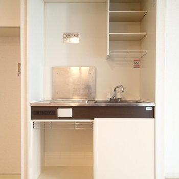 キッチンはこちら。小さな冷蔵庫ならハマりそうですね。