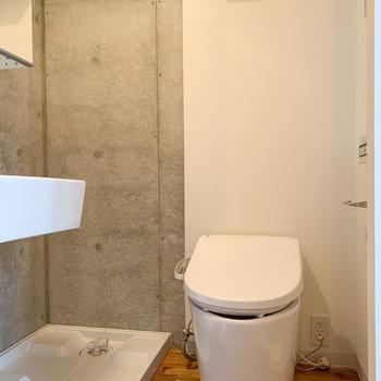 トイレと洗濯機置き場が並んでいます。※写真は前回募集時のものです