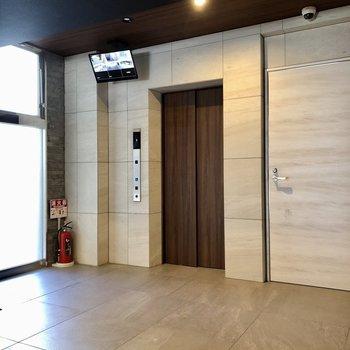 エレベーターも自動で開きます。