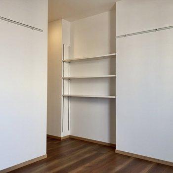 作り付けの棚にはお気に入りの本を並べたい。