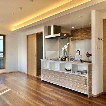 キッチンは扉で仕切れる対面式。(※写真の小物等は見本です)