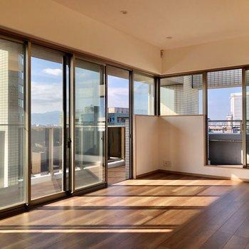 大きな窓からたっぷりの陽光と心地良い風が抜けます。