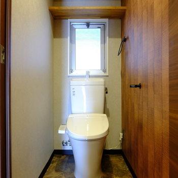 トイレには棚、窓あり。ウォシュレットついています。