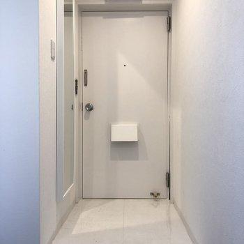 玄関部分がとても清潔的。全身鏡もあります!※写真は前回募集時のものです