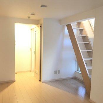 反対側から見たら、階段発見!