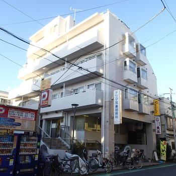 こちらの建物の2階部分の一番奥のお部屋になります。