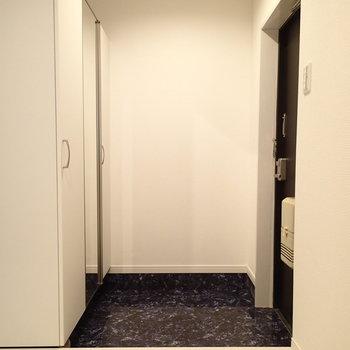 玄関はこちら。姿見もありますよ。