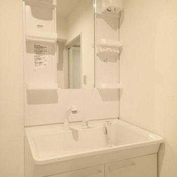 洗面台も新品に交換。
