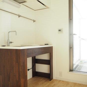 奥はバルコニー。キッチン横には冷蔵庫を置くスペースもあります。※写真は前回募集時のものです