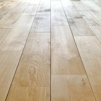 【イメージ】明るいバーチ材の無垢床です