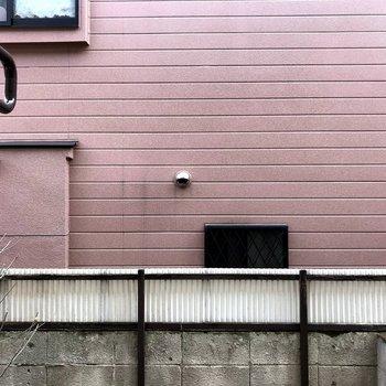 目の前はお隣さんの壁になります※写真は前回募集時のもの