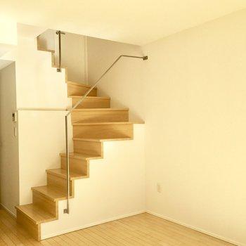スタイリッシュな手すりの階段をのぼってみましょう。
